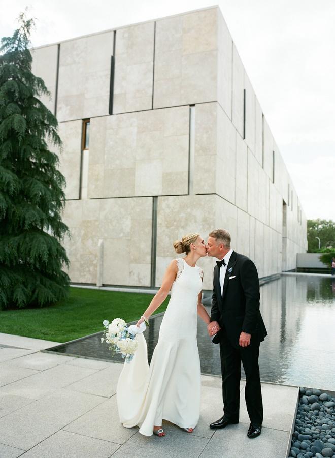 philadelphia weddings outdoor photographs of brides and grooms barnes foundation liz banfield